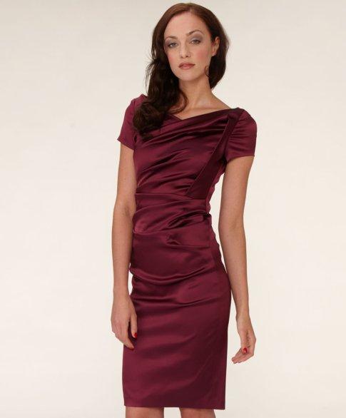 Conleys Kleid mit kurz angesetzten Ärmeln und aufwendigen Drapierungen